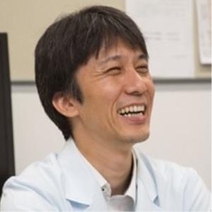 笑う白いワイシャツの男性